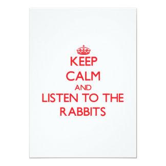 Guarde la calma y escuche los conejos invitación