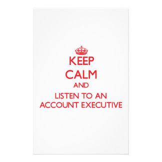 Guarde la calma y escuche un ejecutivo de cuenta  papeleria de diseño