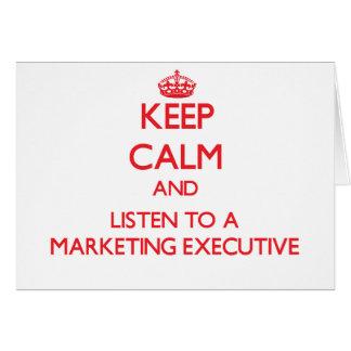 Guarde la calma y escuche un ejecutivo de marketin tarjetón