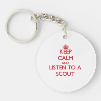 Guarde la calma y escuche un explorador llavero redondo acrílico a doble cara