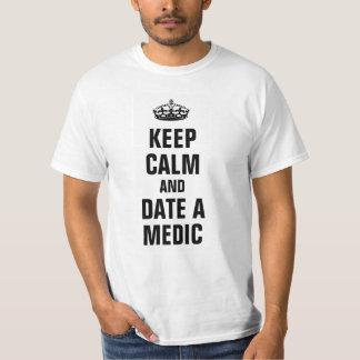 Guarde la calma y feche a un médico camiseta