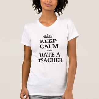 Guarde la calma y feche a un profesor camiseta