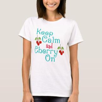Guarde la calma y la cereza en la camisa