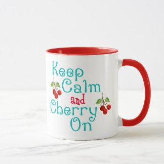 Guarde la calma y la cereza en la taza