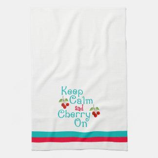 Guarde la calma y la cereza en la toalla de cocina