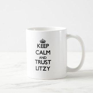 Guarde la calma y la confianza Litzy Taza Básica Blanca