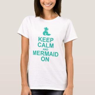 Guarde la calma y la sirena en la camiseta