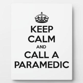 Guarde la calma y llame a un paramédico placa expositora