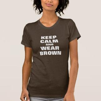 Guarde la calma y lleve el marrón camisetas