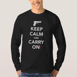 Guarde la calma y lleve un arma camiseta