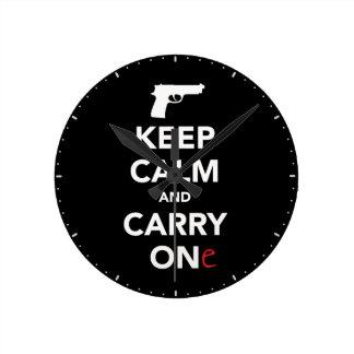 Guarde la calma y lleve un arma reloj redondo mediano