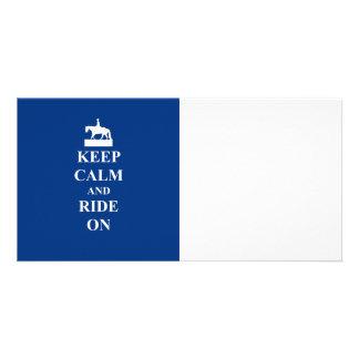 Guarde la calma y monte en (el azul) tarjeta fotografica