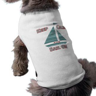 Guarde la calma y navegue en camiseta del perro