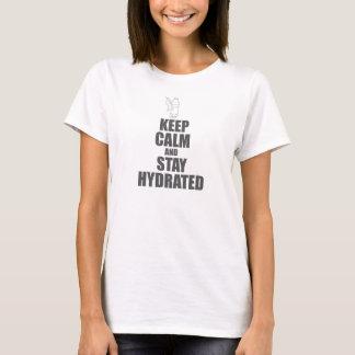 Guarde la calma y permanezca la camiseta hidratada