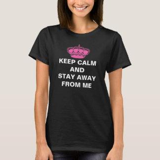Guarde la calma y permanezca lejos de mí camiseta