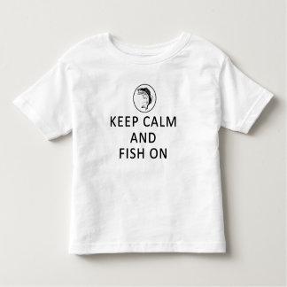 Guarde la calma y pesque en la camiseta del niño