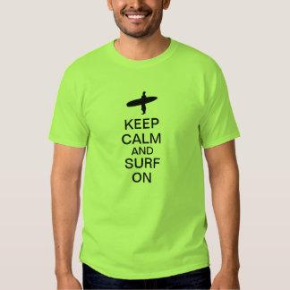 Guarde la calma y practique surf encendido camiseta