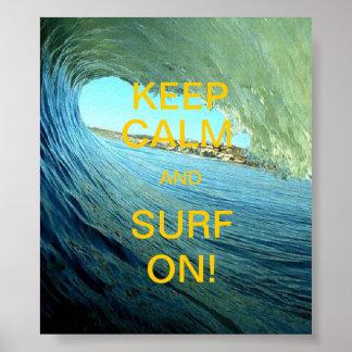¡Guarde la calma y practique surf encendido! Póster