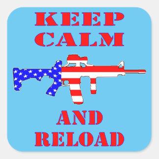 Guarde la calma y recargue el rifle de la bandera pegatina cuadrada