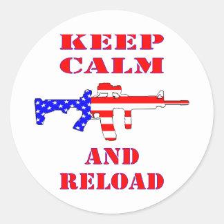 Guarde la calma y recargue el rifle de la bandera pegatina redonda
