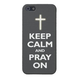 Guarde la calma y ruegue en (gris oscuro) iPhone 5 carcasa