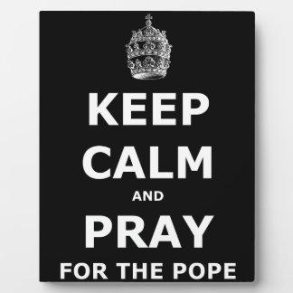 Guarde la calma y ruegue para el papa placa expositora