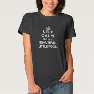 Guarde la calma y sea un pequeño tonto hermoso camiseta