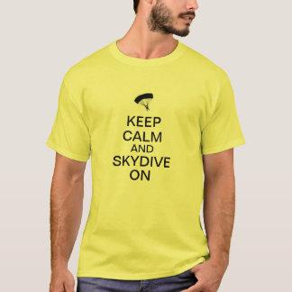 Guarde la calma y Skydive encendido Camiseta