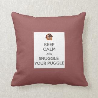 Guarde la calma y Snuggle su ALMOHADA de Puggle