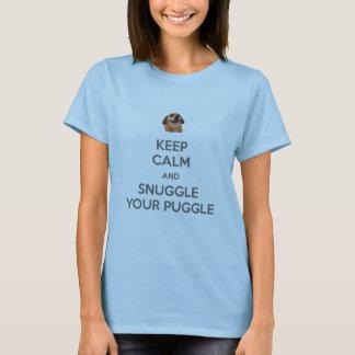 Guarde la calma y Snuggle su CAMISETA de Puggle