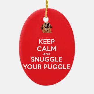 Guarde la calma y Snuggle su ORNAMENTO de Puggle -