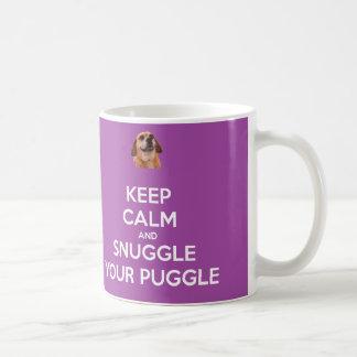 Guarde la calma y Snuggle su TAZA de Puggle -