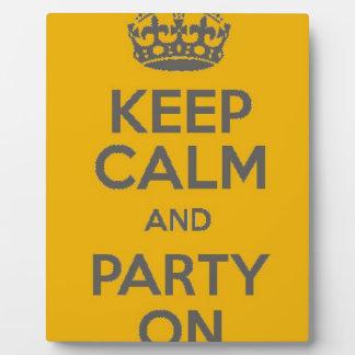 Guarde la calma y vaya de fiesta encendido placa expositora