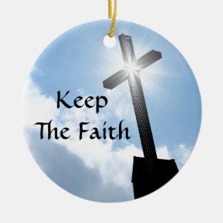 Guarde la cruz de la fe en el ornamento de los