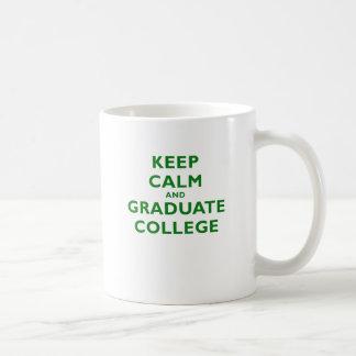 Guarde la universidad tranquila y graduada taza de café
