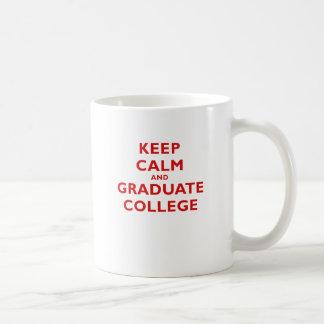 Guarde la universidad tranquila y graduada taza
