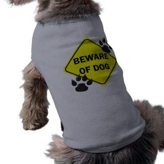 Guárdese de perro con las patas - persiga la camis