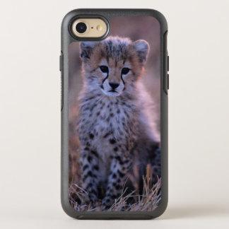 Guepardo Cub (Acinonyx Jubatus) en la sabana, Funda OtterBox Symmetry Para iPhone 8/7