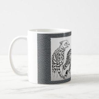 Guepardos en la imitación de cuero gris taza de café