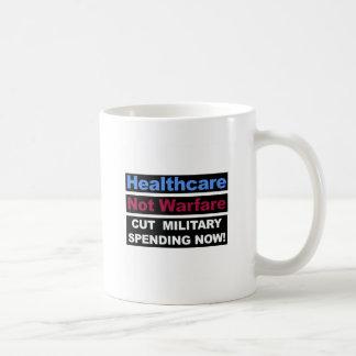 Guerra de la atención sanitaria no taza de café