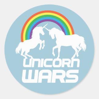 Guerras de los unicornios con el arco iris pegatina redonda