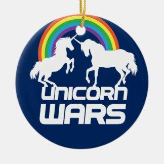 Guerras del unicornio con el arco iris adorno navideño redondo de cerámica