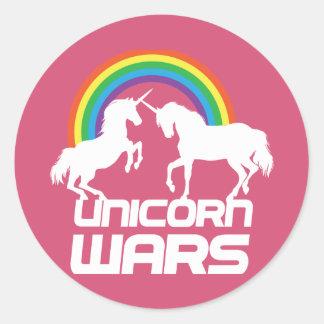 Guerras del unicornio con el arco iris pegatina redonda