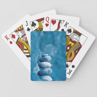 Guijarros apilados barajas de cartas