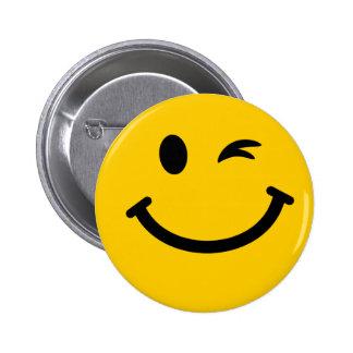 Guiño de la cara sonriente chapa redonda de 5 cm
