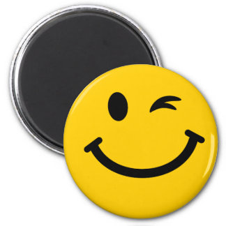 Guiño de la cara sonriente imán redondo 5 cm