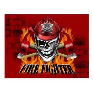 Guiño del cráneo del bombero y de las hachas postal