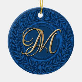 Guirnalda del laurel con el monograma del oro en a ornaments para arbol de navidad