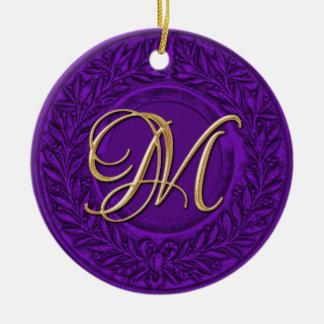 Guirnalda del laurel con el monograma del oro en adorno de reyes
