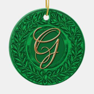 Guirnalda del laurel con el monograma del oro en adorno redondo de cerámica